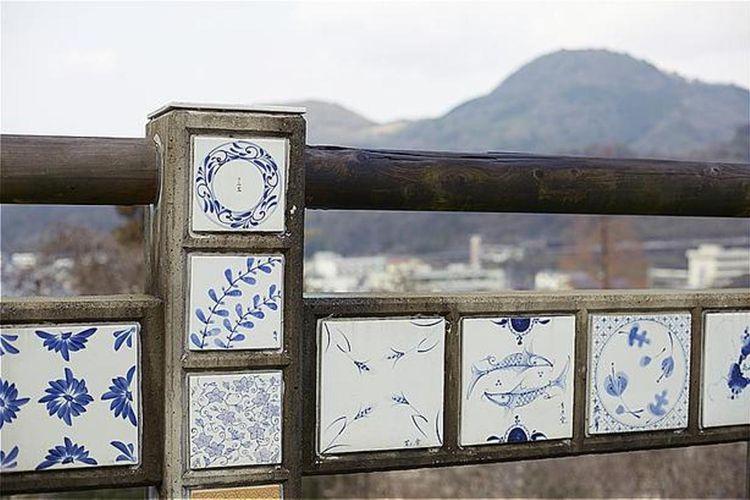 Monumen yang terbuat dari Tobe-yaki
