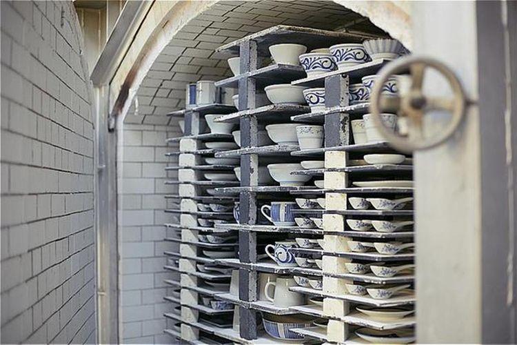 Glasur dengan kiln digunakan untuk menghasilkan mangkuk dengan lapisan bercahaya