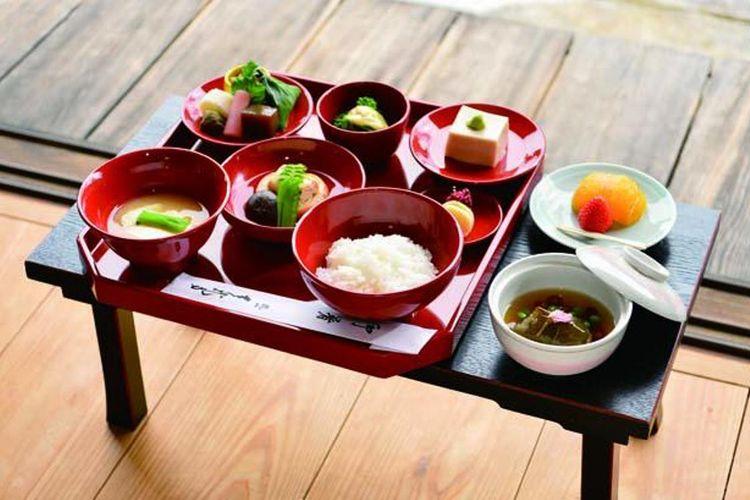 Yuki (3.300 yen) sebagian besar terbuat dari bahan musim semi dan terdiri dari satu sup dan lima makanan. Tambahan biaya 500 yen jika ingin memasuki area taman.