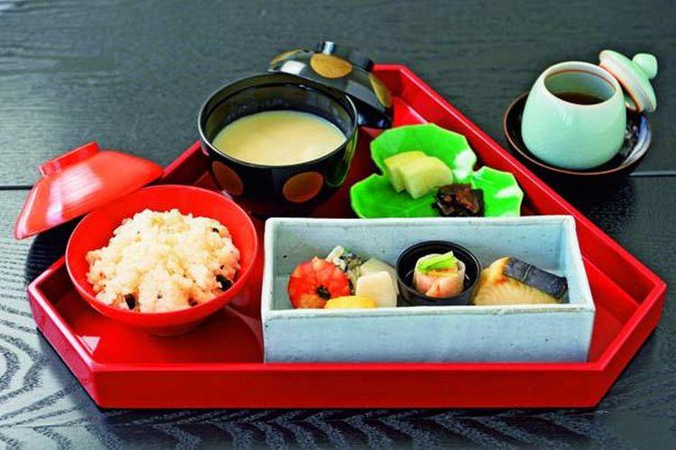 Ciri khas Gion Okumura adalah Arashiyama Gozen (1.998 yen). Hoji tea dari Ryuoen Tea Store (teh hijau dipanggang) disajikan bersama hidangan ini