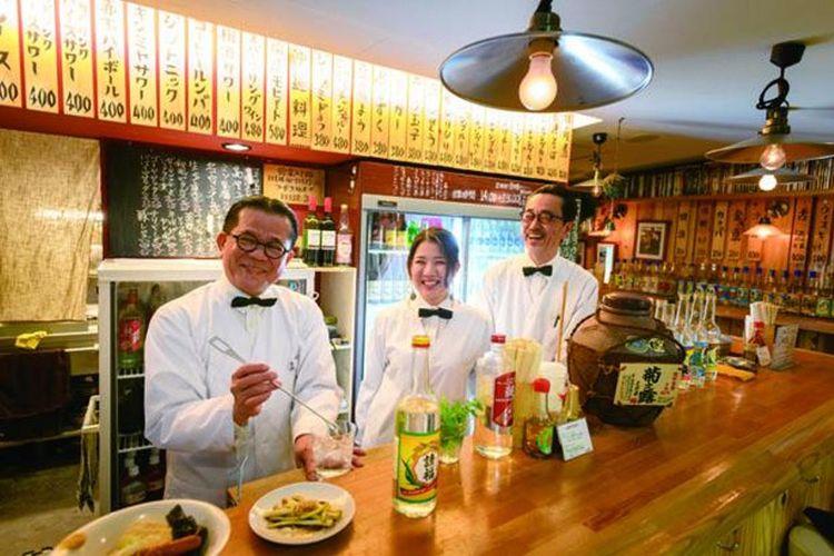 Bar berdiri yang begitu hidup menyajikan minuman alkohol yang serba unik.