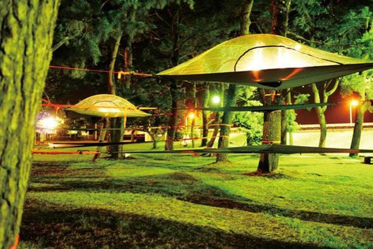 Ada enam tenda di area yang luas ini. Dua orang dewasa dan tiga anak bisa menempati satu tenda dengan nyaman.
