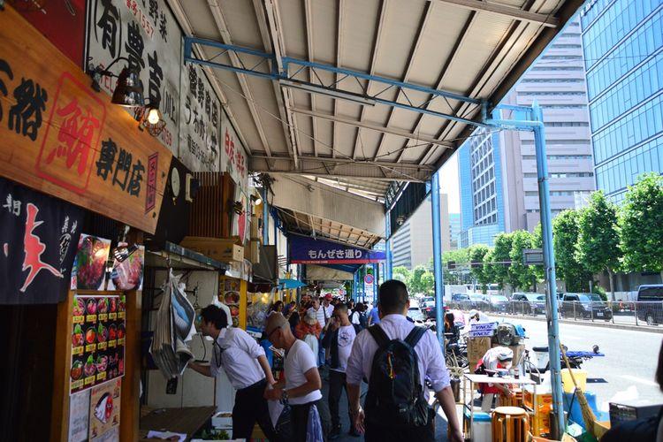 Suasana jalan bagian luar pasar ikan Tsukiji