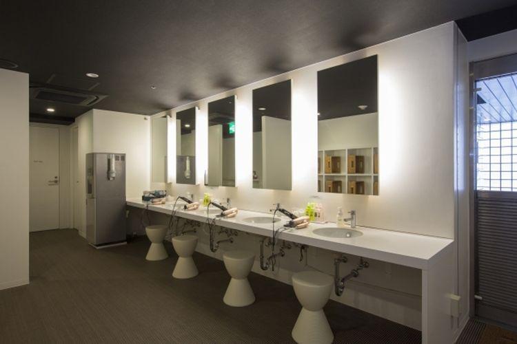 Tersedia berbagai amenities, seperti pengering rambut dan mesin catokan tersedia di tempat berhias.
