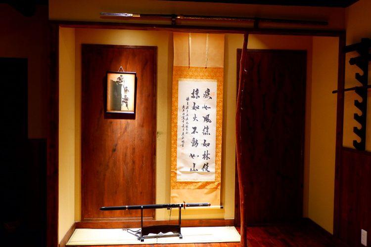 Belajar memegang Katana (sebutan untuk pedang samurai di Jepang)
