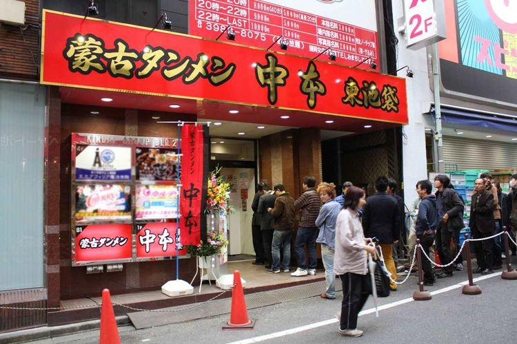 Antrean panjang di depan Mouko Tanmen bahkan sebelum kedai buka