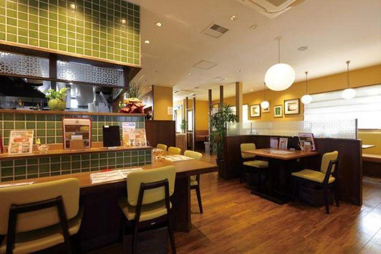 Interior yang elegan dengan warna natural. Tempat ini populer karena bernuansa menenangkan dan membuat rileks.