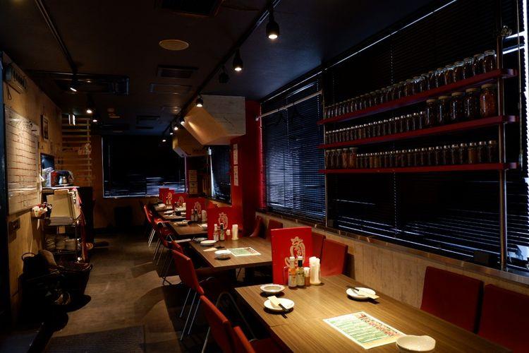 Interior restoran didominasi warna merah