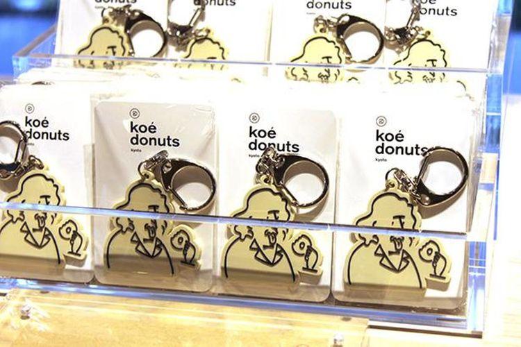 Gantungan kunci dari karet seharga 1.290 yen belum termasuk pajak, merupakan salah satu suvenir Dr. Donuts yang dijual di toko.