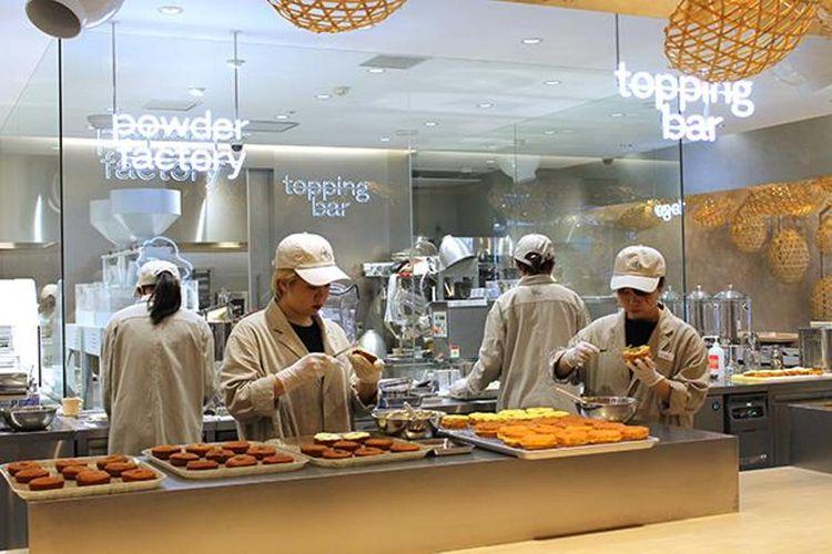 Dapur terbuka membuat pelanggan mudah dalam melihat proses pembuatan