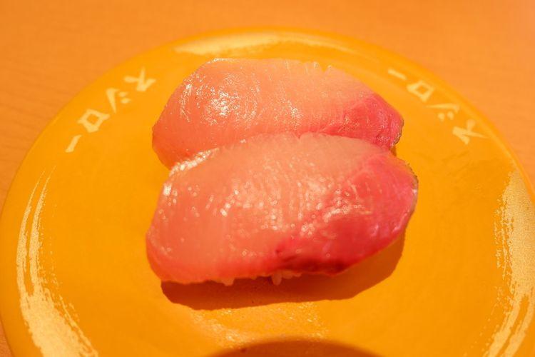 Hamachi Sushi (120 yen sebelum pajak)