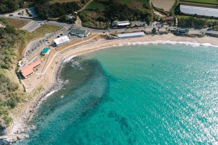 Nikmati pemandangan birunya laut yang spektakuler