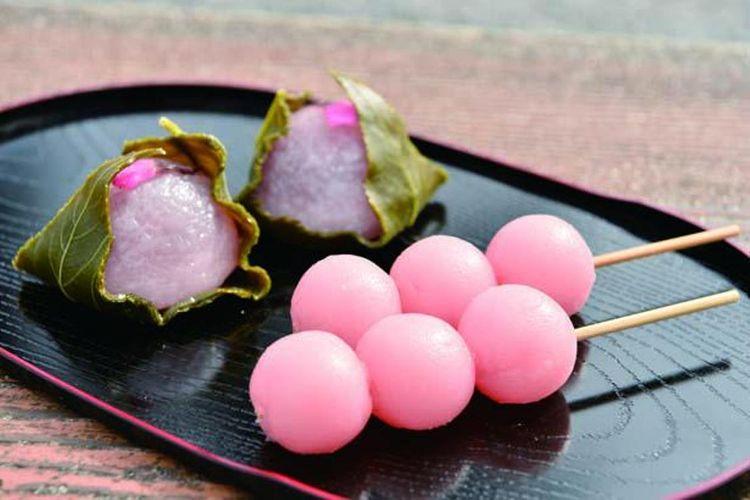 Sakura An-iri Dango (180 yen per batang) dan Sakura Mochi (250 yen) dijual sampai akhir April.