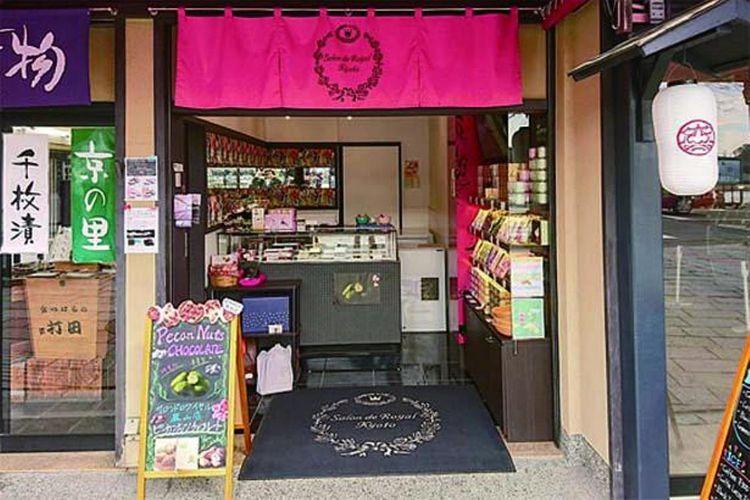 Kedai ini berlokasi di utara Jembatan Togetsu. Di Kiyamachi, Kyoto, terdapat kafe untuk menikmati camilan manis.