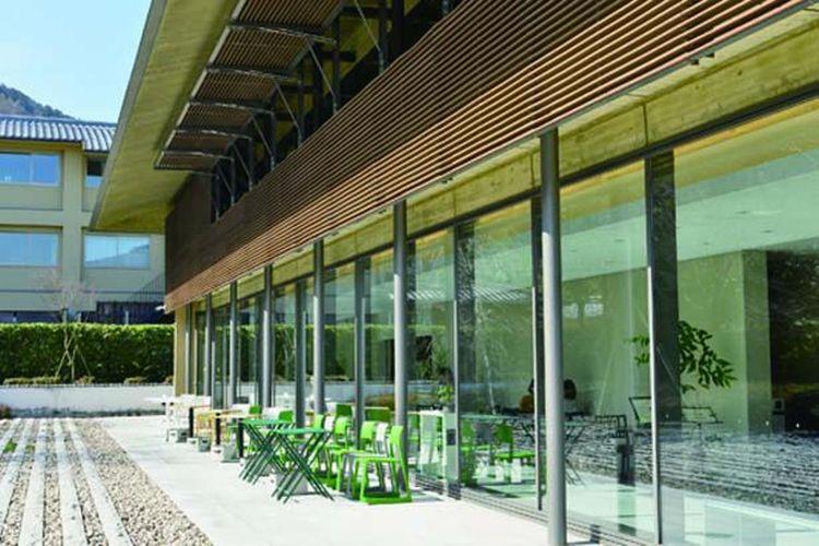Kafe ini terletak di lantai satu dari Saga Arashiyama Bunkakan. Ada dua pohon sakura di taman.