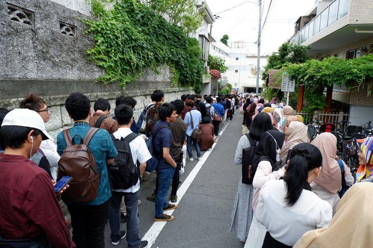 Antrean di depan Sekolah Republik Indonesia di Tokyo