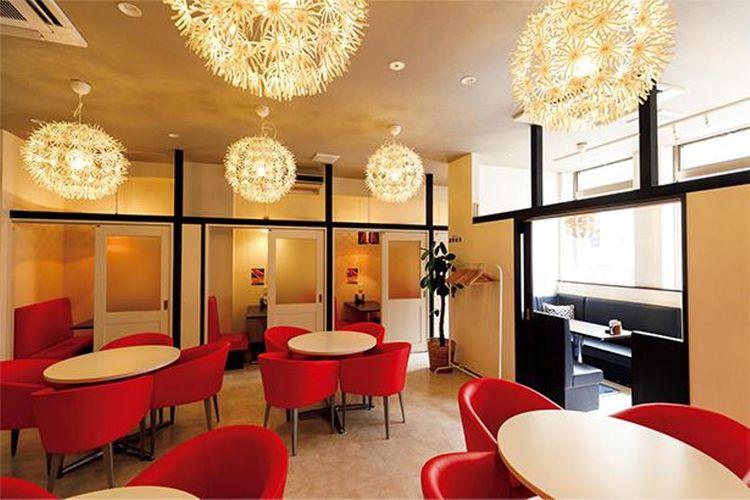 Ada ruangan besar restoran dan juga ruang privat berkapasitas dua sampai empat orang.