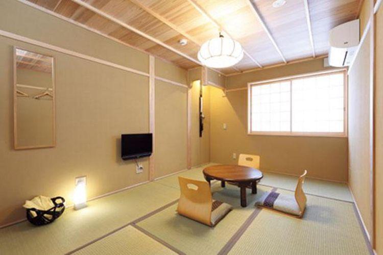 """""""Shion"""", kamar untuk tiga orang, memiliki lantai tatami dan ruangan yang tidak terlalu luas dengan interior bergaya Jepang."""