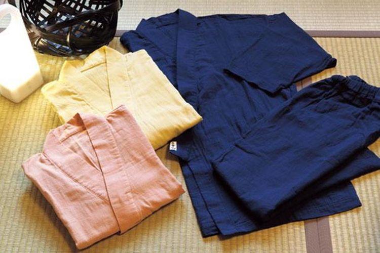 Baju tidur bergaya samue (baju kerja ala pendeta Buddha) yang terbuat dari bahan double gauze (kain gauze yang ditumpuk menjadi dua lapis).
