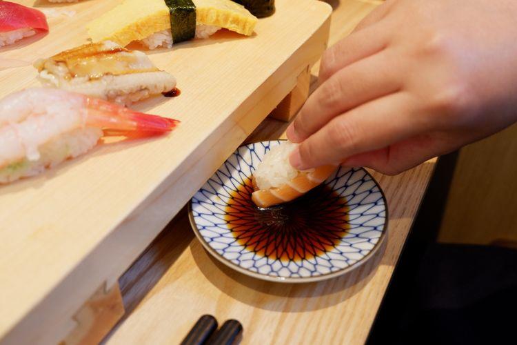 makan sushi dengan tangan