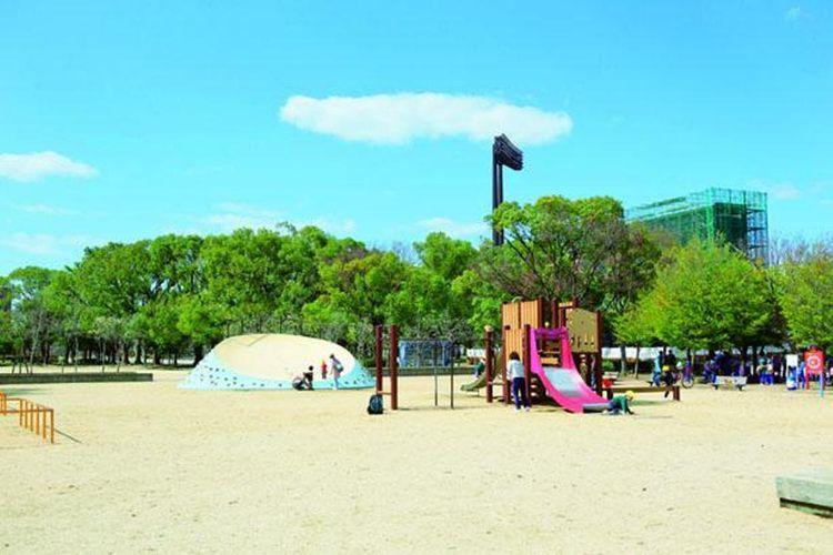 Ada empat tempat bermain untuk anak-anak di dalam taman