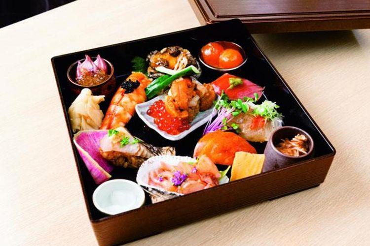 Sushimori Tamatebako (1.599 yen). Setiap sushi dibuat dari beras cuka meras dengan bahan pelengkap masing-masing.