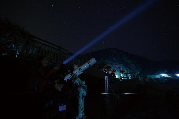 Langit Malam dari Pertunjukkan Selatan dimulai pada pukul 20.00. Kamu bisa pindah ke tempat ini dengan petunjuk langit berbintang lalu rasakan sendiri nikmatinya memandangi bintang-bintang dan juga kegiatan foto udara.