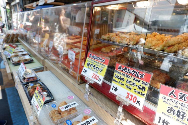 Nikmati juga berbagai jajanan pasar berupa gorengan di pasar ini