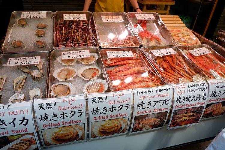 Jajaran produk seafood segar seperti kepiting dan kerang yang ditawarkan salah satu toko