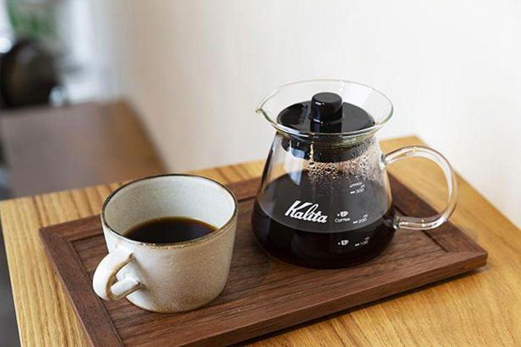 Set ini mempersilahkan pelanggan menuang kopinya sendiri. Setiap pemesanan kurang lebih untuk dua porsi cangkir.
