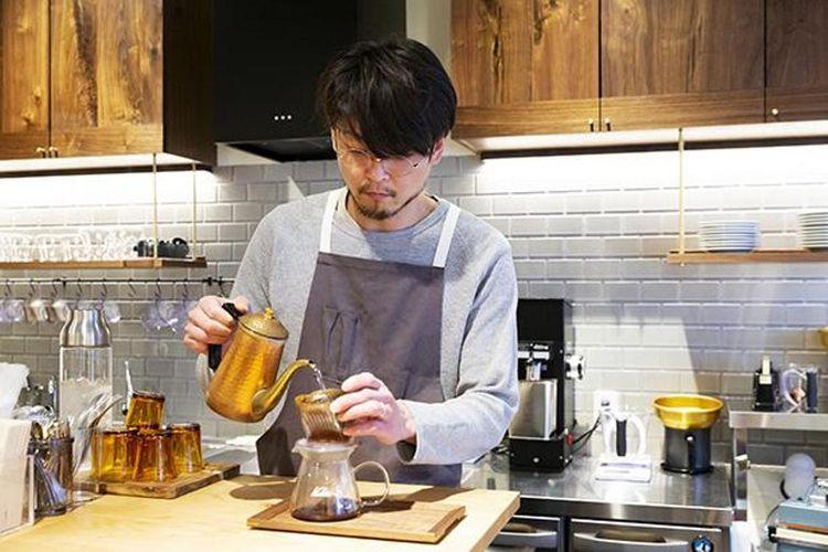 Mereka menggunakan three-holed Kalita-style dripper yang menjaga rasa pahit kopi