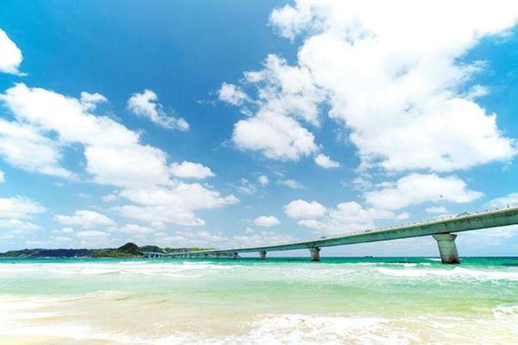 Laut membentang di kanan dan kiri jembatan membuat kita merasa bagaikan berjalan melintasi permukaan laut