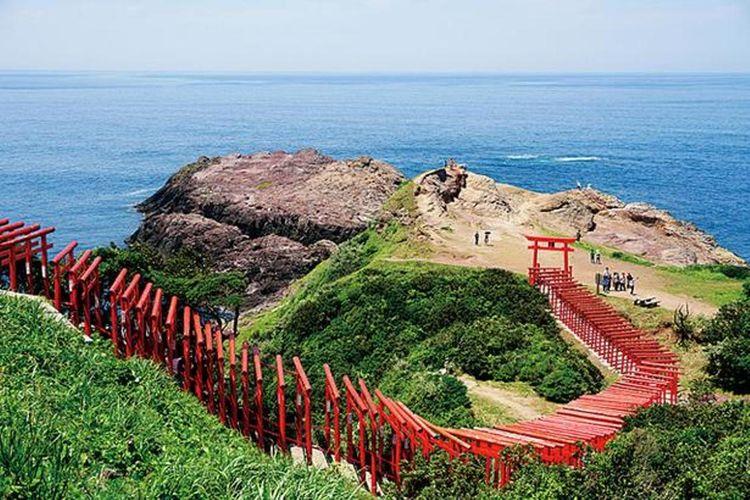Sebuah karya besar berupa barisan 123 torii dengan panjang mencapai lebih dari 100 meter