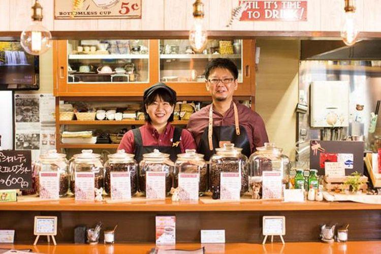 Pasangan Kawashima menyambut pelanggan dengan senyuman
