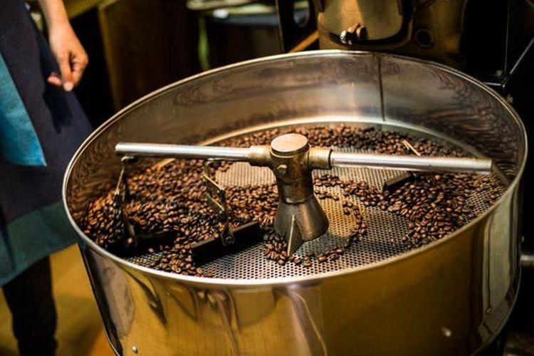 Sejak pembukaan, kedai kopi ini menggunakan alat roaster pemanasan langsung