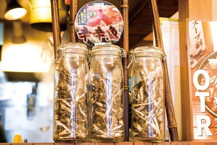 Sarden kecil dikeringkan, ikan horse mackerel dikeringkan, dan bonito dikeringkan, dipajang di kedai ini.