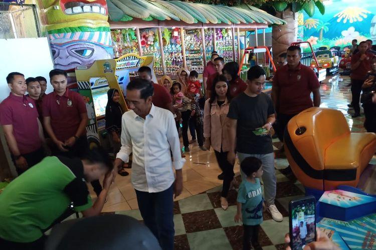 Presiden Jokowi mengajak cucunya Jan Ethes jalan-jalan ke pusat perbelanjaan di Kabupaten Sukoharjo, Jawa Tengah, Rabu (1/5/2019).