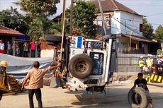 Video Detik-detik Land Rover dan Truk Terguling ke Lubang Proyek Underpass Kentungan