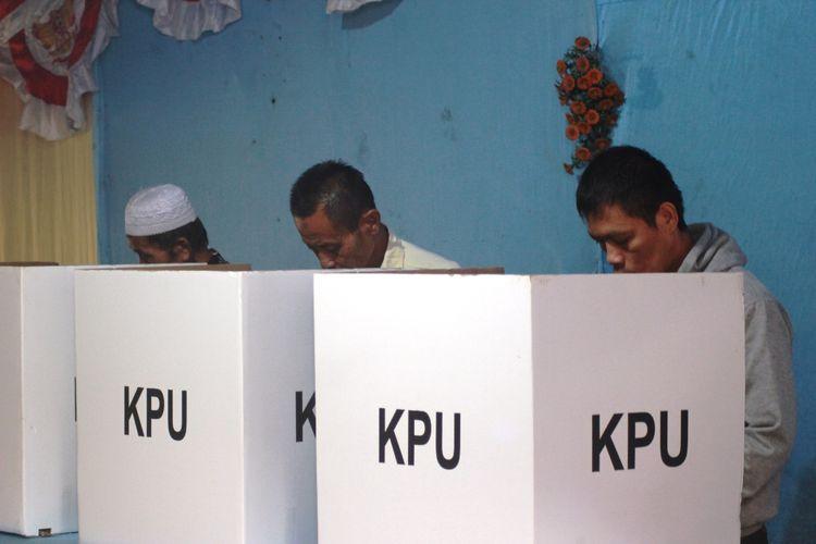 KEGIATAN Pemungutan Suara Lanjutan (PSL) di TPS 1, Desa Sukamanah, Kec. Mande Kab. Cianjur, Jawa Barat, Sabtu (20/04/2019). Di Kab. Cianjur lima TPS di wialyah tersebut harus menggelar PSL karena adanya surat suara tertukar saat hari H coblosan.
