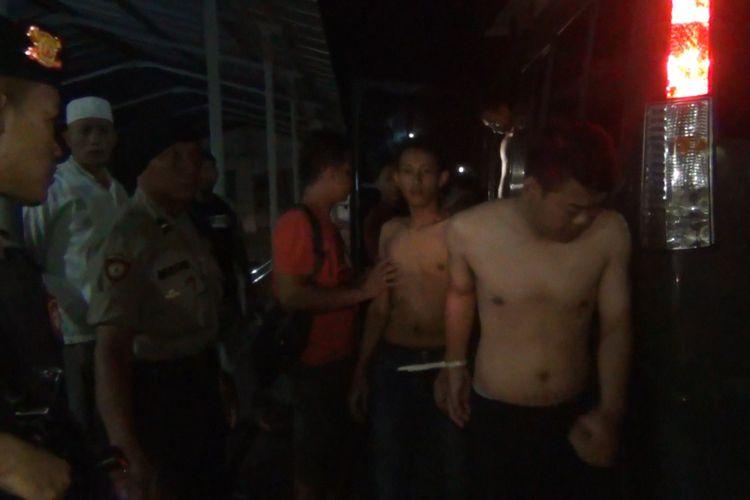 Para terlapor dugaan pengroyokan yang mengakibatkan seorang meninggal dunia, tiba di mapolres Trenggalek, setelah berhasil ditangkap di wilayah kecamatan Panggul Trenggalek Jawa Timur (19/05/2019).