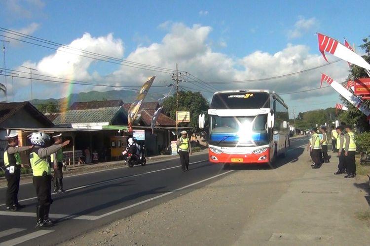 Polisi menghentikan bus penumpang jurusan Jakarta, di ruas Jalur nasional yang berada di Kecamatan Pogalan Trenggalek Jawa Timur, dalam kegiatan penyekatan bagi masyarakat yang hendak menyusul Gerakan di Jakarta (22/05/2019).