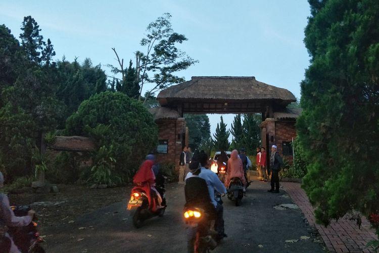 Warga desa Bojong Koneng, Kecamatan Babakan Madang, Hambalang, Bogor, Jawa Barat menunaikan shalat Idul Fitri 1440 H di Masjid Nurul Wathan, Rabu (5/6/2019).