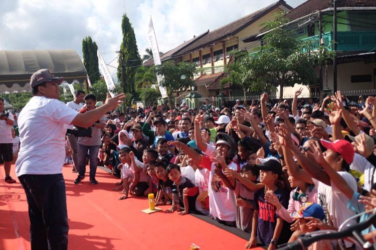 Kapolres Trenggalek AKBP Didit Bambang Wibowo, bersama ribuan masyarakat yang hadir ketika deklarasi toilak aksi kekerasan di alun-alun Trenggalek Jawa Timur (16/06/2019)