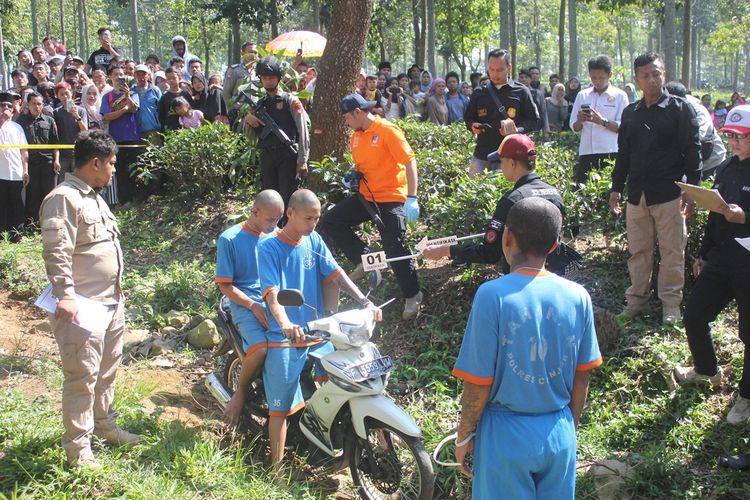 Tiga orang tersangka kasus pembunuhan sadis di Cianjur, Jawa Barat tengah memeragakan reka ulang aksi  keji mereka terhadap korban di areal perkebunan teh Tegallega, Warungkondang, Cianjur, Jawa Barat, Rabu (19/06/2019)