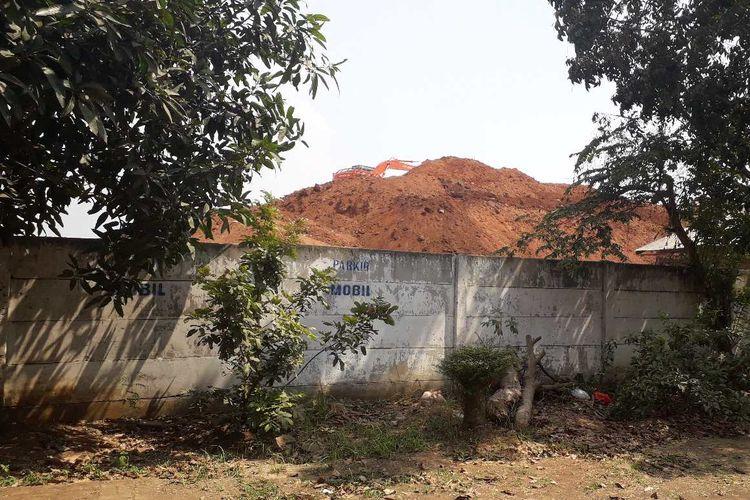 Tumpukan tanah proyek Tol Kunciran-Bandara Soekarno Hatta di samping sekolah.