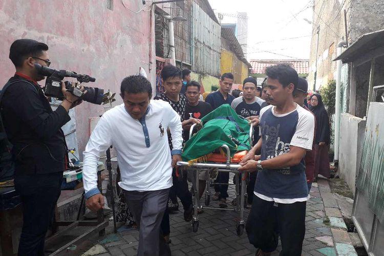 Jenazah Fatmawati korban mobil Sigra remuk tiba di rumah duka di Cibodas Sari, Tangerang pada Kamis (1/8/2019).