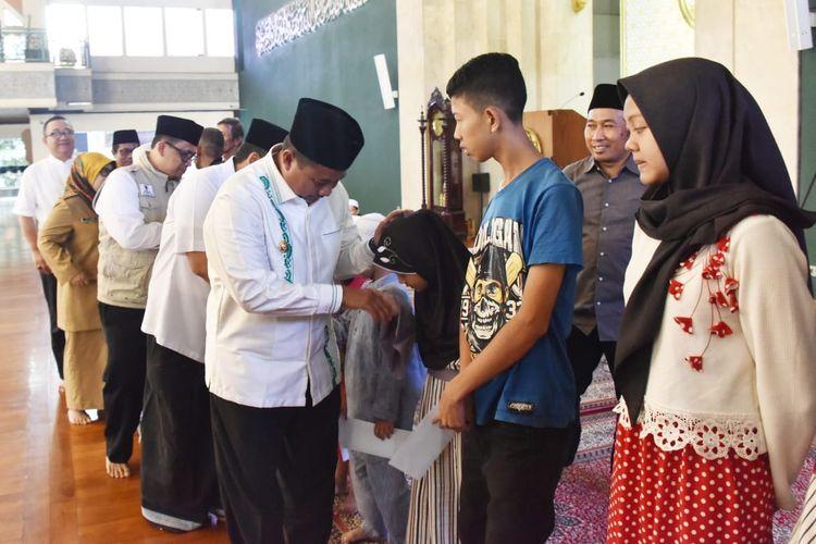 Di Safari Ramadan, Wagub Jabar Uu Bagikan Santunan