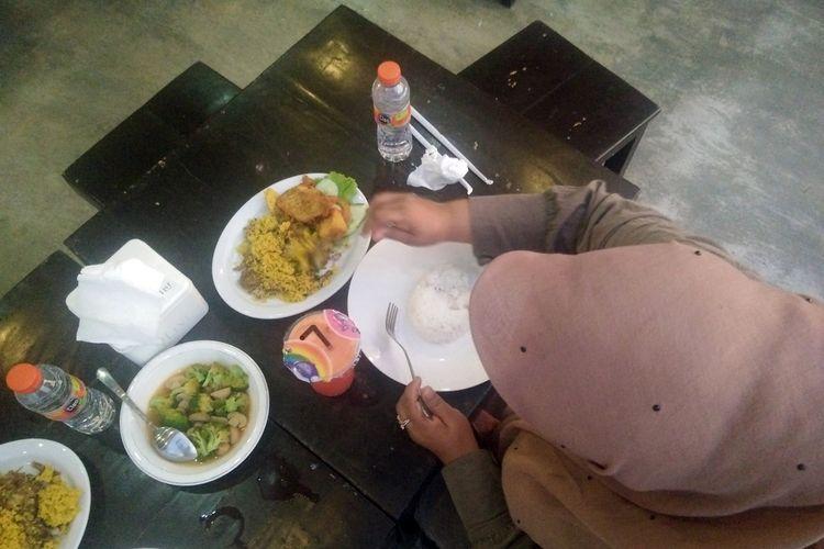 Pengunjung menikmati makanan di J&J Cafe dan Resto, Kota Idi, Kabupaten Aceh Timur
