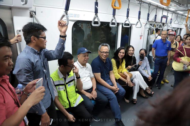 Menristekdikti Mohamad Nasir dan ratusan perwakilan mahasiswa saat uji coba transportasi publik MRT Jakarta dari Stasiun MRT Bundaran Hotel Indonesia (HI) ke Stasiun MRT Lebak Bulus (16/3/2019).