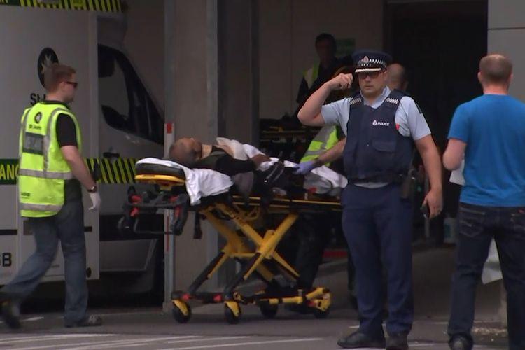 Tangkapan layar dari tayangan televisi memperlihatkan seorang korban tiba di rumah sakit pasca-insiden penembakan di Masjid Al Noor, Kota Christchurch, Selandia Baru, Jumat (15/3/2019). Perdana Menteri Selandia Baru, Jacinda Ardern, dalam keterangannya mengatakan, sedikitnya 40 orang tewas dan 20 lainnya luka parah dalam serangan teror tersebut.